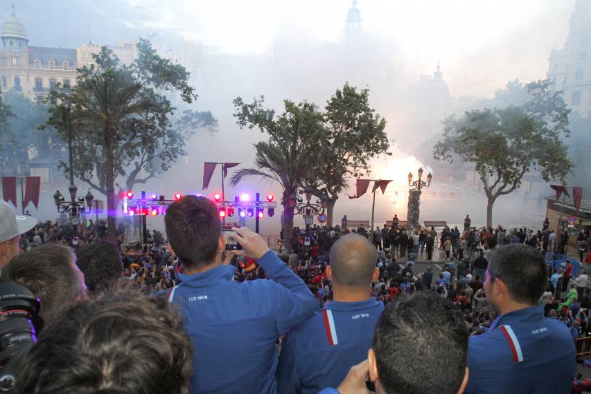 The passion of Levante fans at the Basílica and City Hall